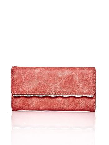 Czerwony portfel z ozdobną aplikacją