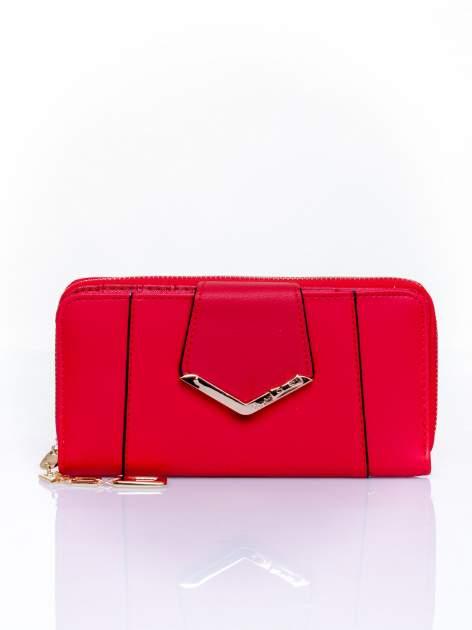 Czerwony portfel ze złoconą klamrą
