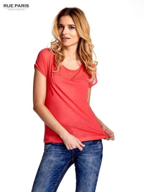 Czerwony t-shirt z górą mgiełką