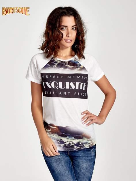 Ecru t-shirt z nadrukiem pejzażu i napisem EXQUISTE z dżetami