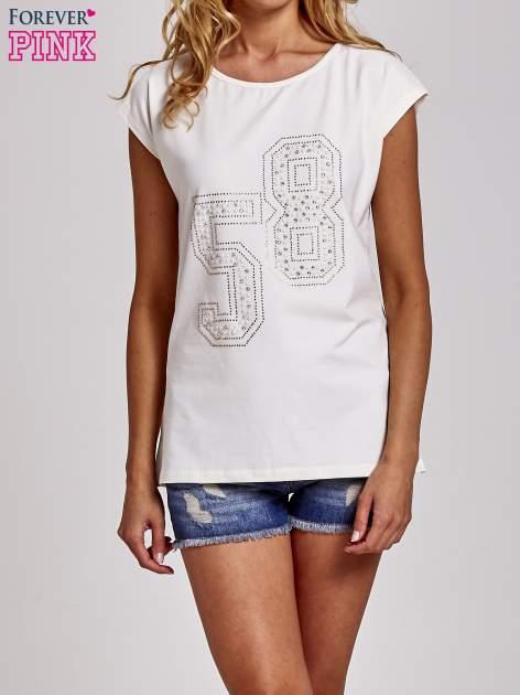 Ecru t-shirt z numerem 58 z dżetów