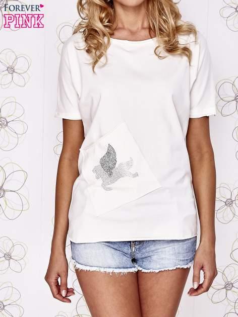 Ecru t-shirt z ukośną kieszenią i dżetami