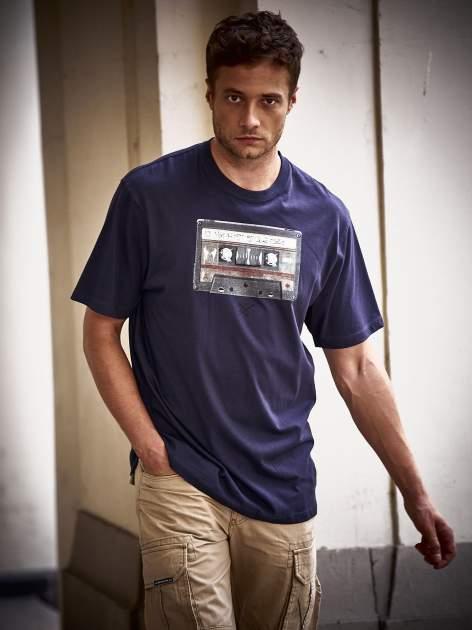 Granatowy t-shirt męski z nadrukiem kasety
