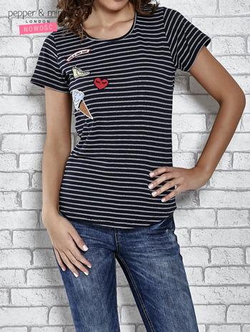 Granatowy t-shirt w paski z naszywkami