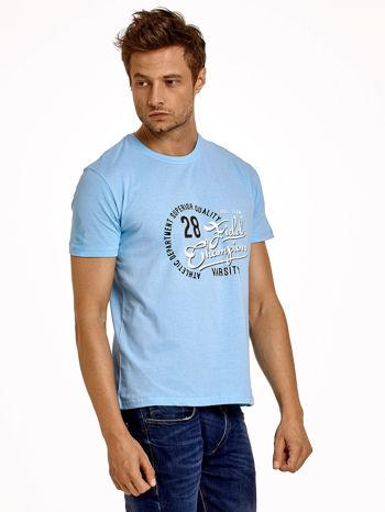 Jasnoniebieski t-shirt męski z napisem CHAMPION i liczbą 28
