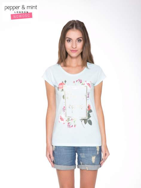 Jasnoniebieski t-shirt z kwiatowym nadrukiem i złotym napisem