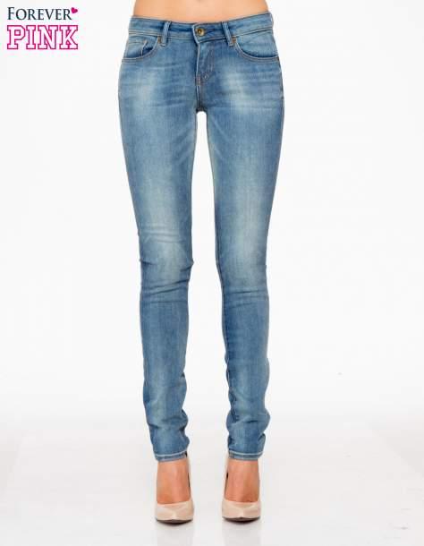 Jasnoniebieskie rozjaśniane spodnie jeansowe rurki