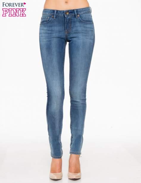 Jasnoniebieskie spodnie jeansowe rurki z cieniowaniem