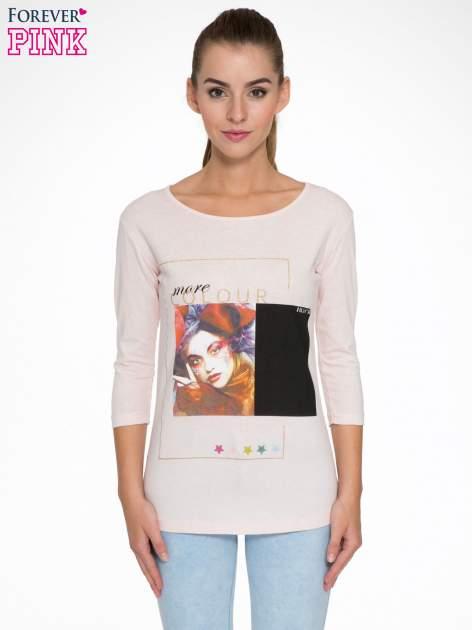 Jasnoróżowa bluzka z nadrukiem fashion i napisem MORE COLOUR