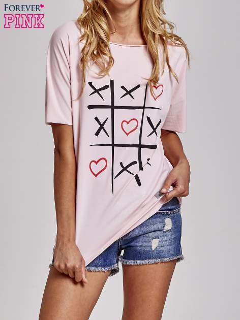 Jasnoróżowy t-shirt z motywem serce i krzyżyk