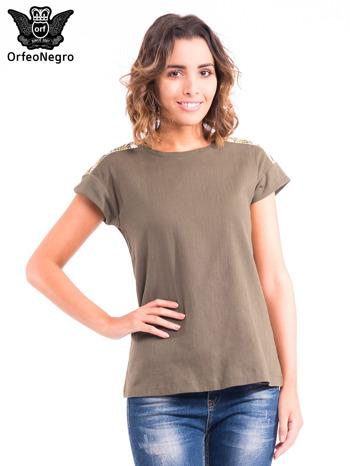 Khaki t-shirt z haftem na plecach zdobionym cekinami