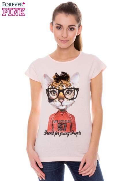 Koralowy t-shirt z nadrukiem kotki w nerdach