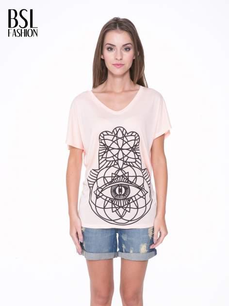 Łososiowy t-shirt z ornamentowym nadrukiem