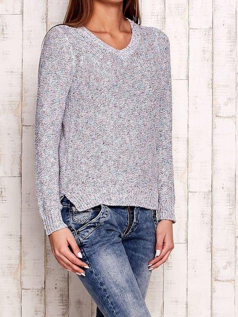 Melanżowy sweter z kolorową nicią
