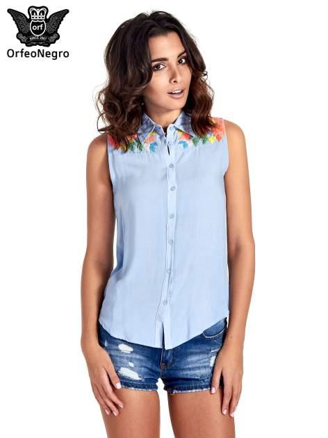 Niebieska koszula bez rękawów z roślinnym haftem na górze