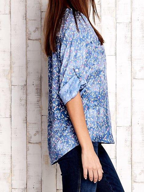 Niebieska koszula z kwiatowym motywem