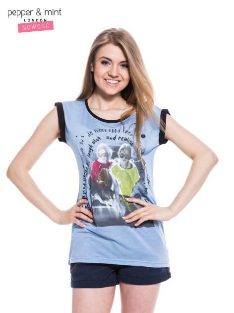 Niebieski t-shirt z nadrukiem i czarną lamówką