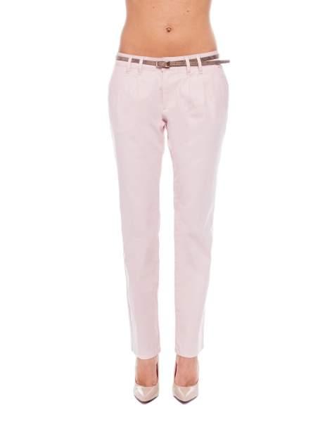 Pudrowe spodnie z paskiem z lakierowanej skóry