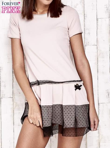 Różowa sukienka dresowa z kontrafałdami i tiulem w groszki