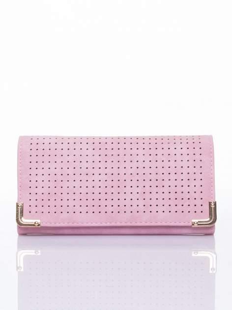 Różowy dziurkowany portfel ze złotym wykończeniem