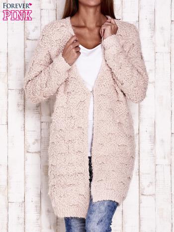 Różowy puchaty sweter z otwartym dekoltem