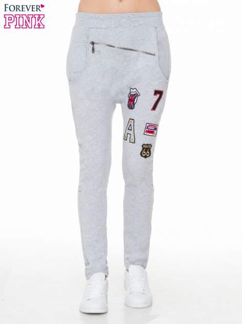 Szare spodnie dresowe typu baggy z naszywkami