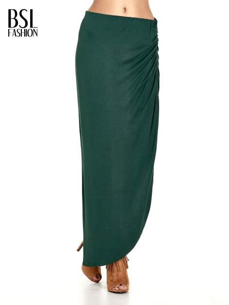 Zielona asymetryczna spódnica maxi z drapowaniem i rozporkiem z boku