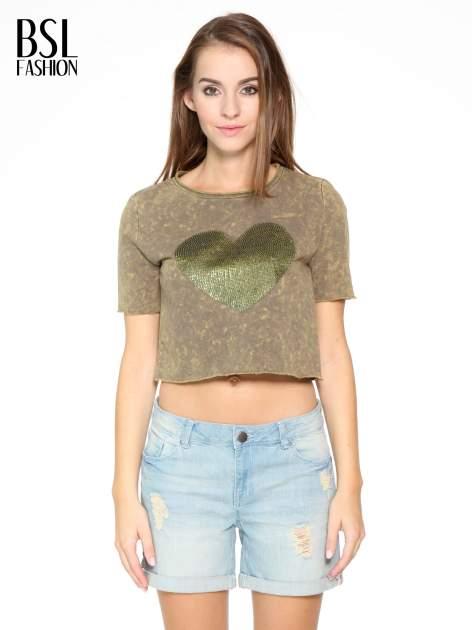Zielony t-shirt cropped z cekinowym sercem