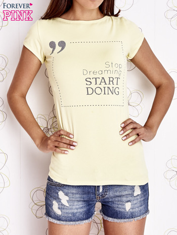 Żółty t-shirt z napisem STOP DREAMING START DOING