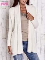 Beżowy sweter oversize z kieszeniami