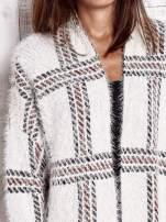 Beżowy sweter w kratę z kieszeniami
