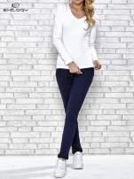 Biała bluzka sportowa z dekoltem V