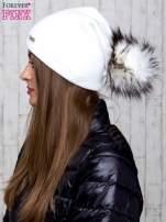 Biała wełniana czapka z futrzanym pomponem