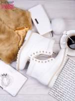 Białe skórzane traperki ze złotym suwakiem i dodatkami