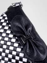 Biało-czarna pleciona kopertówka z kokardą