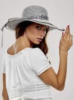 Biało-czarny kapelusz z dużym rondem i wstążką animal print