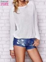 Biały błyszczący sweter z haftem sowy z tyłu