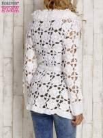 Biały sweter  z wiązaniem w pasie