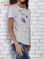 Biały t-shirt w paski z naszywkami
