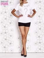 Biały t-shirt z napisem i trójkątnym wycięciem na plecach