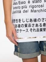 Biały t-shirt z tekstowym nadrukiem i znakami chińskimi