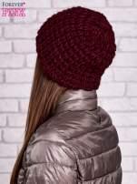 Bordowa czapka z włóczki o grubym splocie