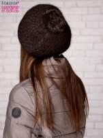 Brązowa czapka z błyszczącą aplikacją