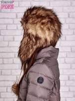 Brązowa futrzana czapka z pomponami