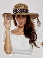 Brązowy kapelusz słomiany z dużym rondem i apaszką w grochy
