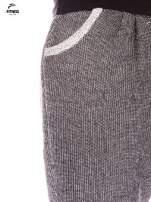 Ciemnoszare spodnie dresowe ze zwężaną nogawką zakończoną na dole ściągaczem