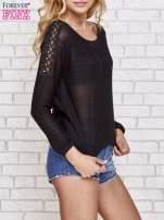 Czarny błyszczący sweter z koronkowymi wstawkami