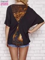 Czarny t-shirt oversize ze złotymi zipami