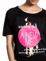 Czarny t-shirt z napisem WORKING ON A NEW ME