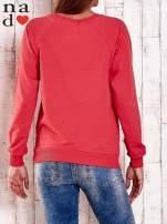 Czerwona bluza z nadrukiem szpilek